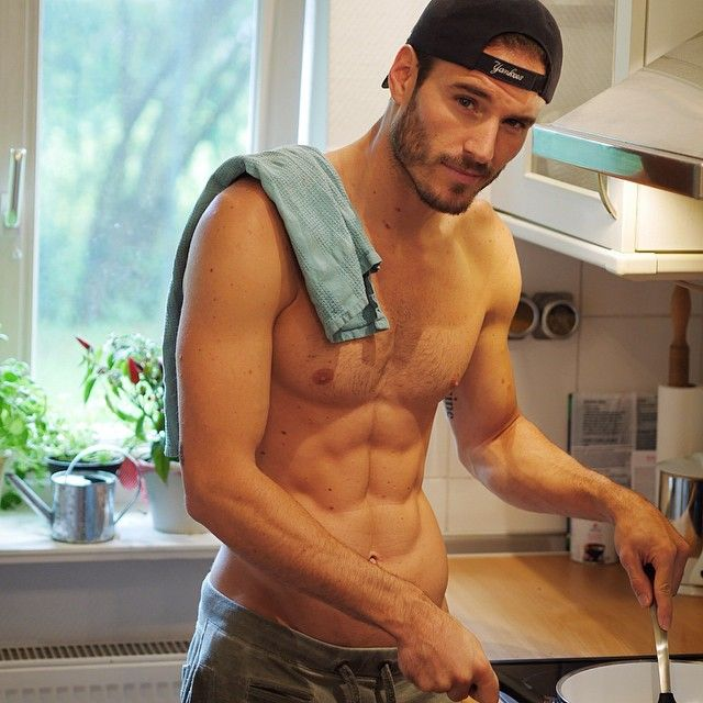 Chicos sexis cocinando