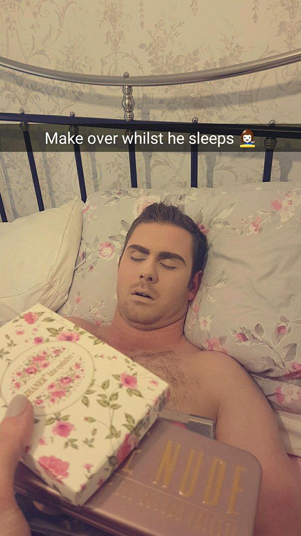 Maquilla a su novio mientras duerme para vengarse