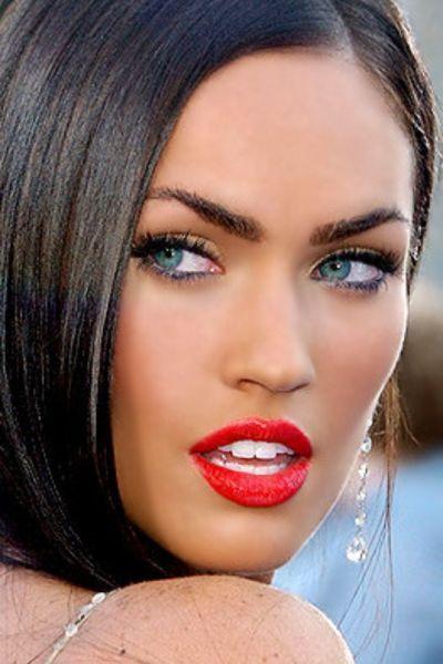 Maquillaje de ojos azules con labios rojos
