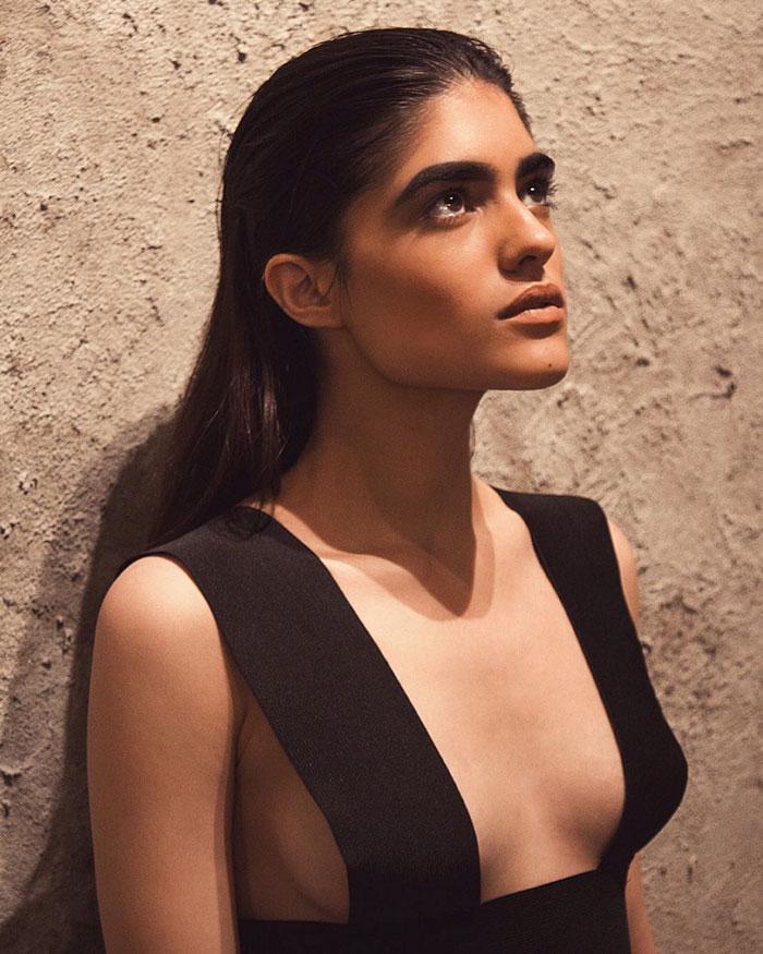Modelo puertorriqueña con grandes cejas