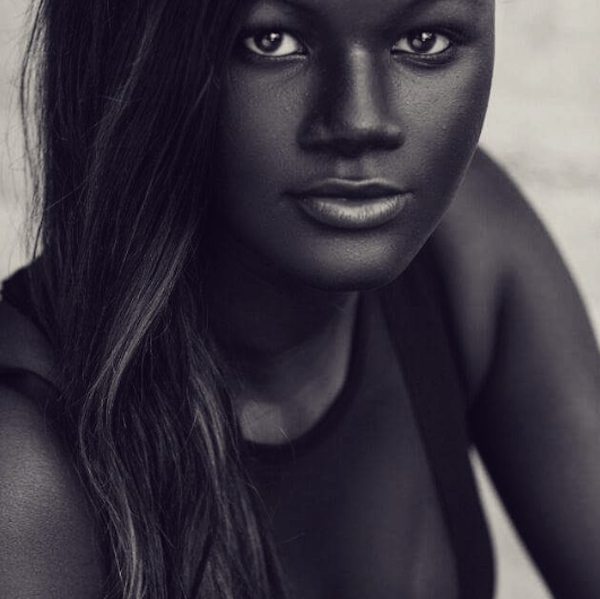 fuera de mujer piel oscura