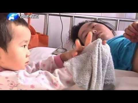 Niña de 3 años cuida de su madre