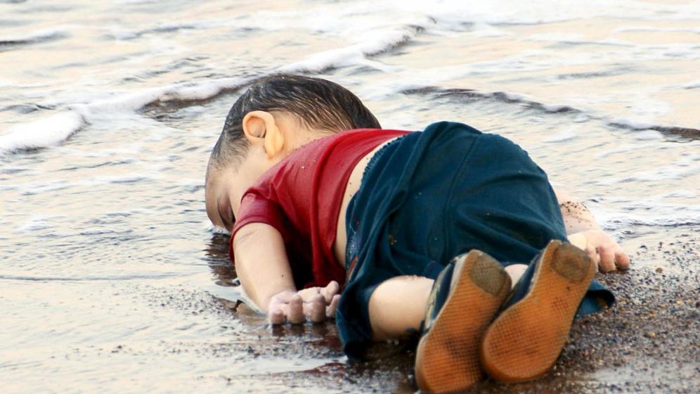 Foto de un niño sirio muerto en la playa