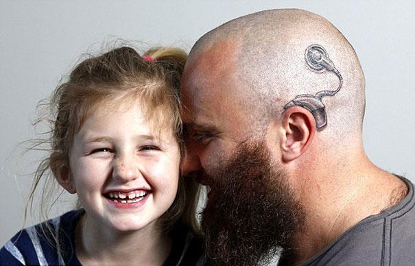 Padre se tatúa el implante de su hija