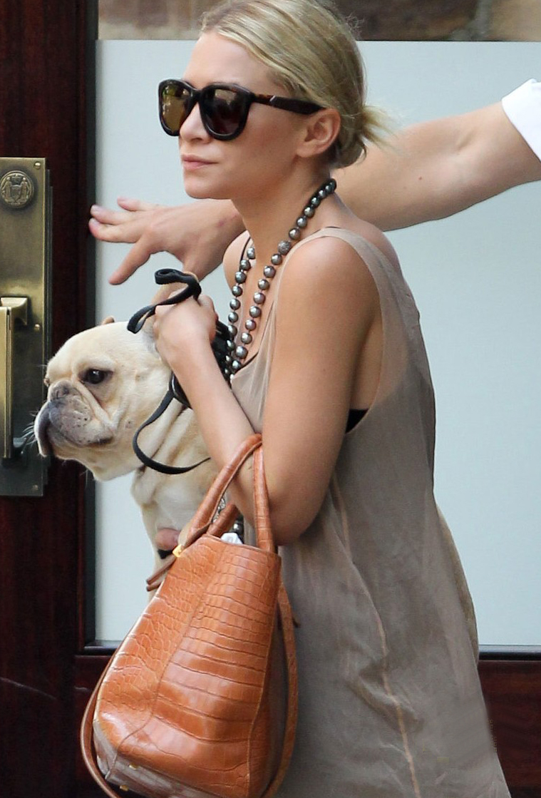 Ashley Olsen ha encontrado un nuevo complemento, un bulldog francés