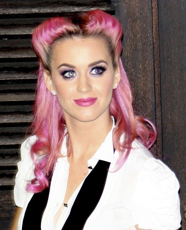 El pelo rosa de Katy Perry no le impide lucir una imagen años 40