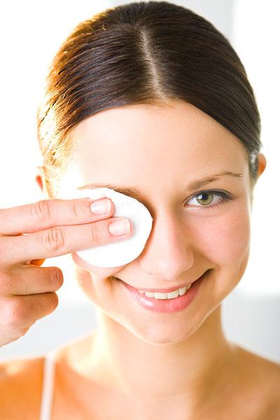 ¿Cómo desmaquillar de manera correcta los ojos?