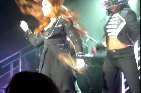 Demi Lovato, ¡Que te quedas calva en el escenario!