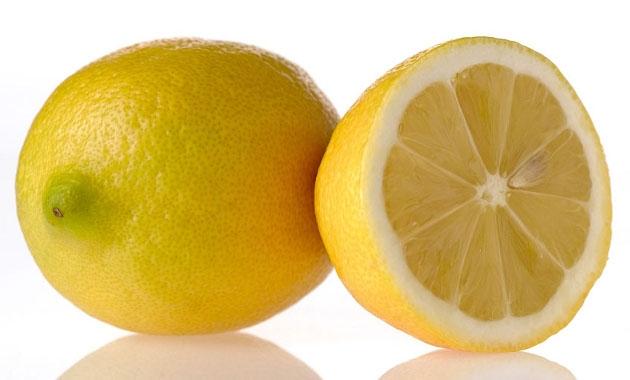 Un vaso de agua tibia con limón, solución detox | Estarguapas
