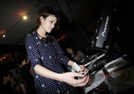 Esto es lo que Alexa Chung considera ejercer como DJ