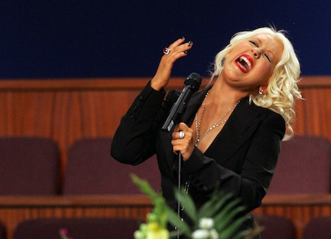 Christina Aguilera tuvo un accidente con su spray de autobronceado en el funeral de Etta James