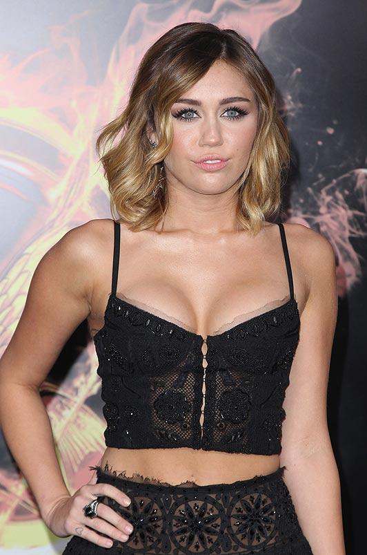 Melena con ondas para Miley Cyrus en la premiere de Los Juegos del Hambre