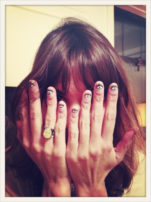 Alexa Chung y su manicura de ojos
