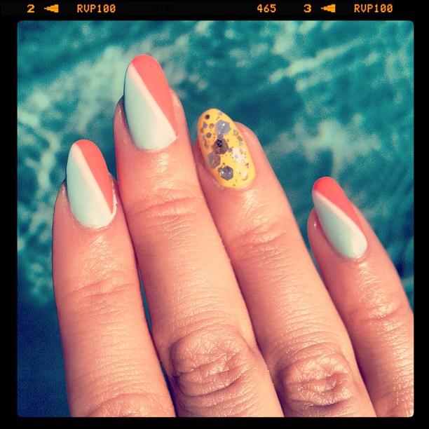 Katy Perry con una manicura con todos los colores de la temporada