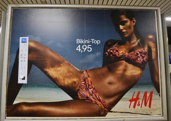 Un artista callejero critica el abuso de Photoshop en la campaña de bañadores de H&M