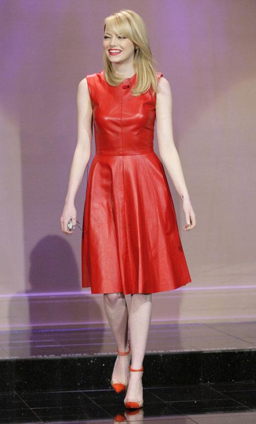 Emma Stone y su look rojo amapola en el programa de Jay Leno