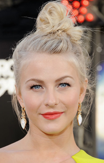 Peinado must: el moño que llevó Julianne Hough a la premier de Rock of Ages