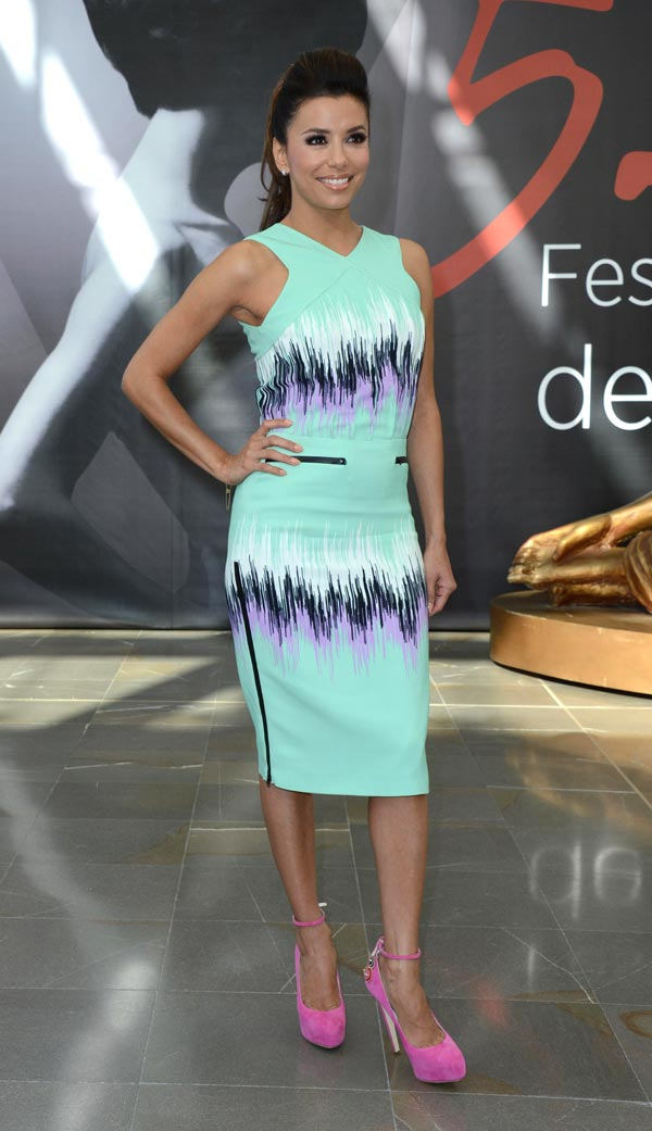 Lookazo de Eva Longoria con colores pastel y brillantes