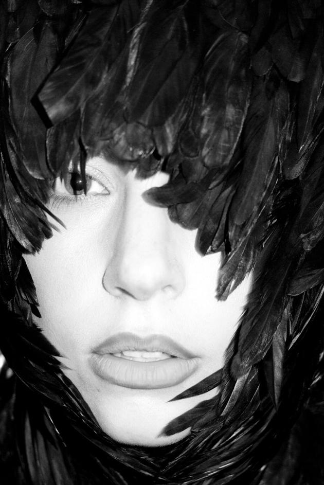 Rareza del día: Lady Gaga vestida con plumas en la puerta de Chanel