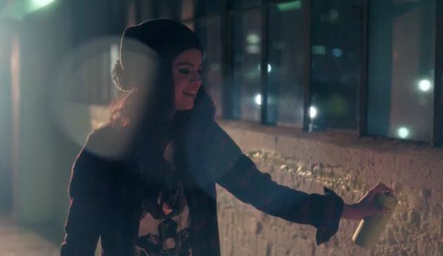 Selena Gomez haciendo el gamberro en el anuncio de Adidas Neo