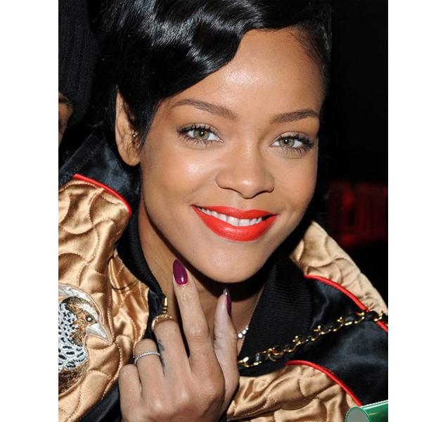 Rihanna complementa su manicura morada con labios naranjas