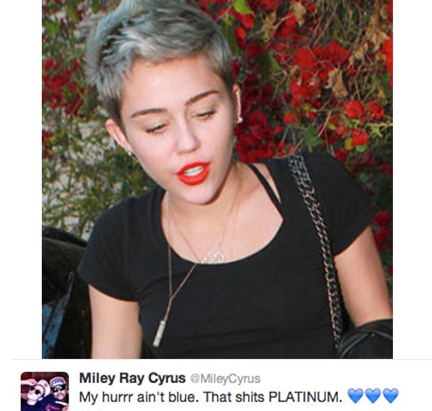 Miley Cyrus se atreve con otro cambio de look y se pone el pelo platino con reflejos azules
