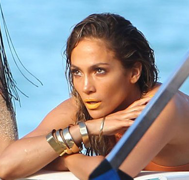 Jennifer López con labios amarillos en el clip Live it Up