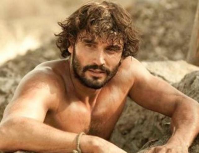 Alex García desnudo y sensual en Tierra de Lobos