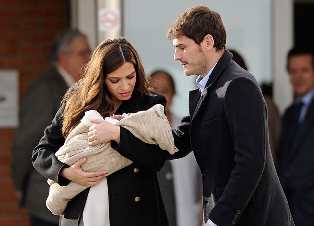 Fotos de Sara Carbonero y su hijo a la salida del hospital