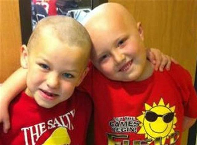 Niño se rapa en solidaridad con su amigo enfermo de cáncer