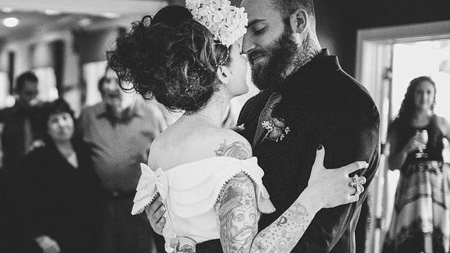 Mujeres vestidas de novia y tatuadas