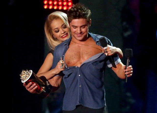 Zac Efron sin camiseta en los MTV Movie Awards