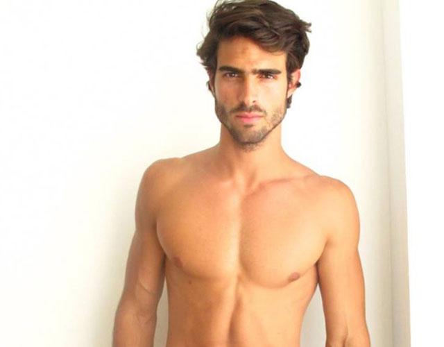 Juan Betancourt desnudo con Calvin Klein