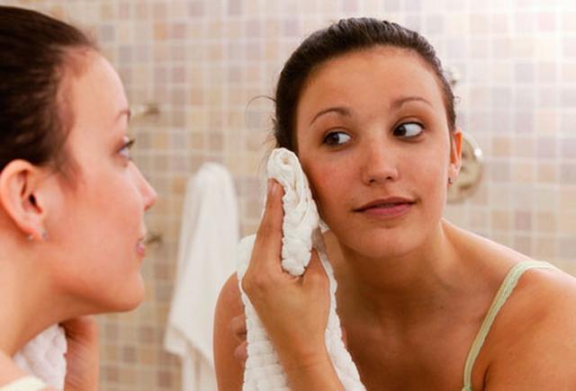 Resultado de imagen para secar la cara con toalla