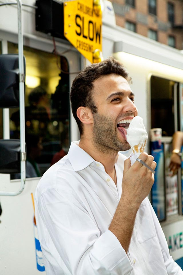 Chicos guapos comiendo helado