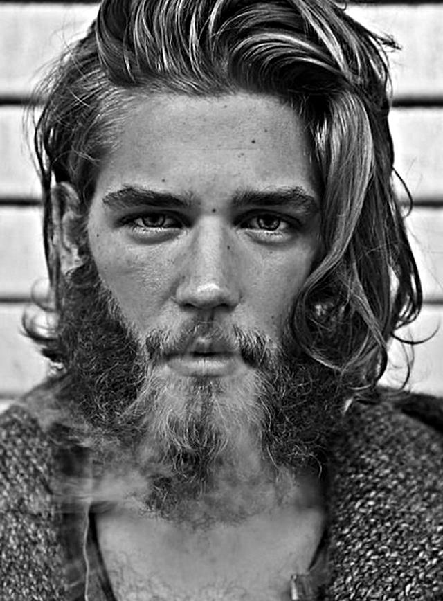 Afortunado fuma un cigarrillo mientras recibe una mamada sentado en el inodoro 4