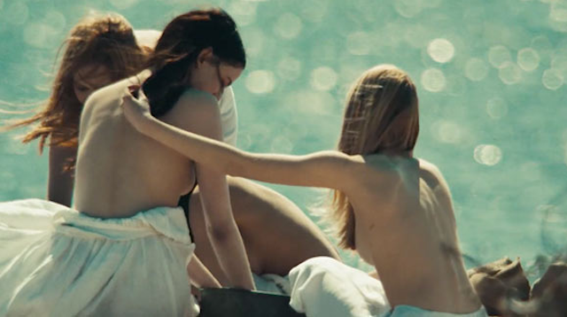 Modelos en topless en el último vídeo de The Black Keys, 'Weight of love'