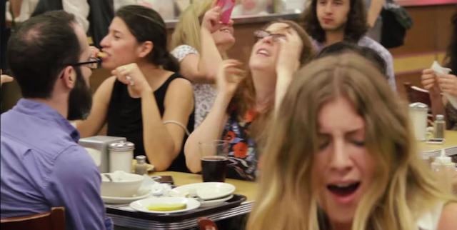 20 mujeres fingen un orgasmo a la vez en una cafetería llena