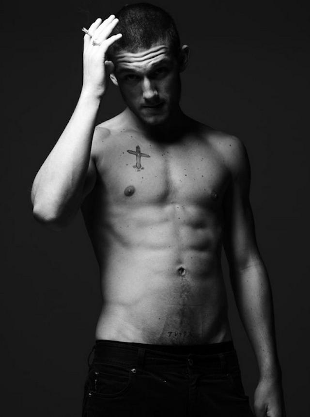 Alex Pettyfer desnudo