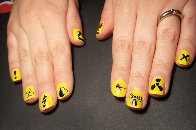 Crean un esmalte de uñas que detecta si alguien pone droga en tu copa