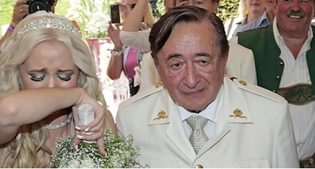 Tragedia pre-nupcial para este anciano multimillonario y su novia modelo de topless