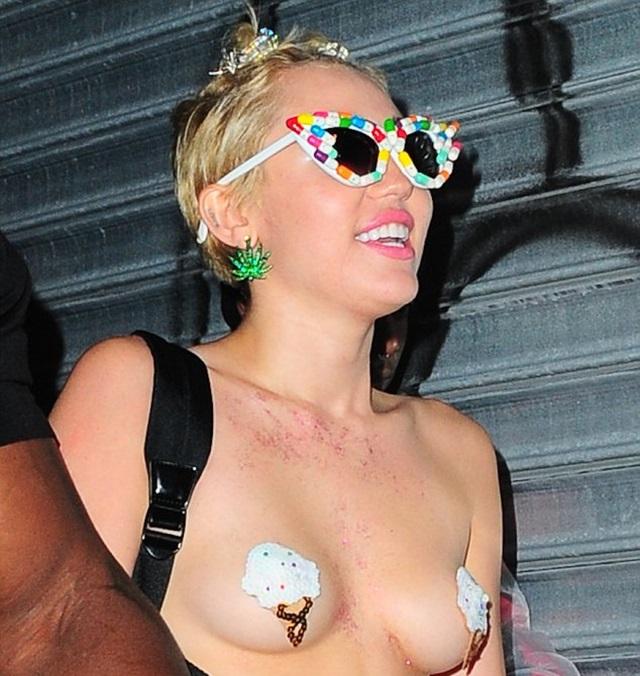 Miley Cyrus perdiendo un teta