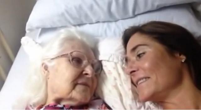 Rompe en lágrimas con el vídeo de una mujer con Alzheimer cuando reconoce a su hija
