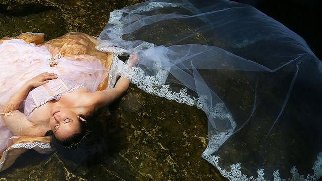 Mujer se hace fotos del viaje de novios en homenaje a su prometido muerto