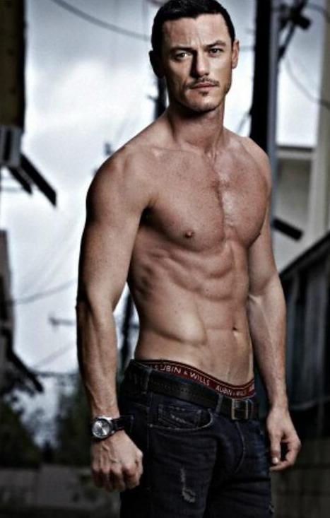 Luke Evans desnudo y convertido en el nuevo Drácula