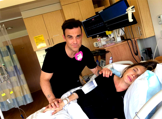 Robbie Williams retransmite el parto de su mujer en las redes sociales