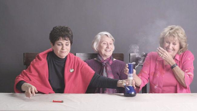 ¡Mira lo que hacen estas abuelas cuando fuman marihuana por primera vez!