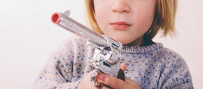 Un niño de tres años mata a su madre de un disparo mientras cambia los pañales a su hermana