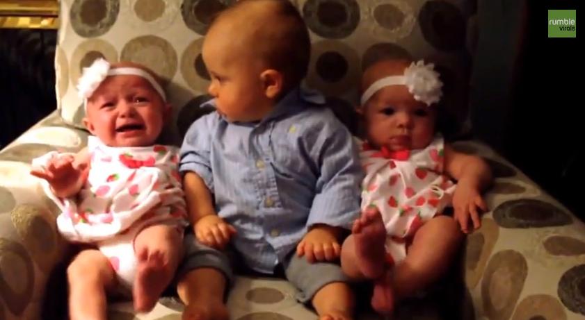 La adorable reacción de un bebé al ver a dos gemelas por primera vez