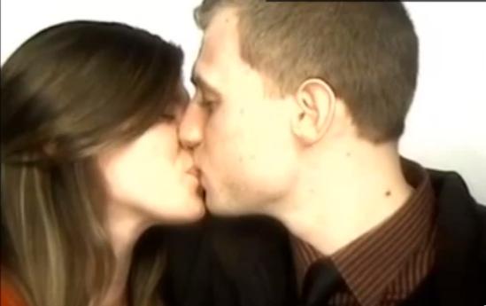 Esta chica entro en un fotomatón con su novio y lo último que esperaba es que pasara esto